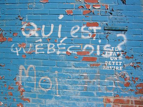 Qui est québécois ? Moi. Graffiti sur  un mur montréalais.