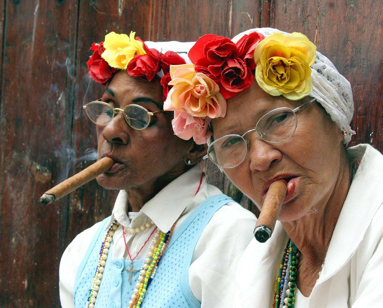 Deux femmes fumant le cigare.