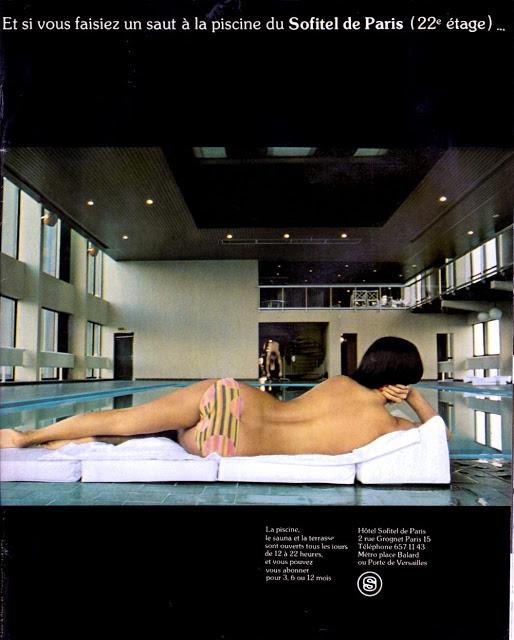 Publicité pour la piscine d'un hôtel avec une femme en maillot de bain au premier plan.