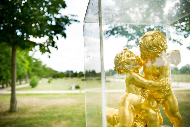 Statuettes qui s'embrassent dans une boîte en plastique.
